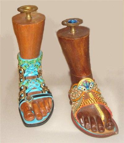 Следующей цепочкой эволюции человечества был Древний Египет. И обувь тоже приукрасилась. Знатные египтяне носили сшитые из папируса и пальмовых листьев сандалии. На ноге они держались благодаря кожаным ремешкам. Тогда обувь уже была не только необходимостью защиты от горячего песка, но и иметь эстетическое значение, поскольку украшалась драгоценными камнями и золотым орнаментом. Такую красоту могли позволить себе только фараоны и приближенные к ним. Простые крестьяне и тем более рабы всегда ходили босиком.