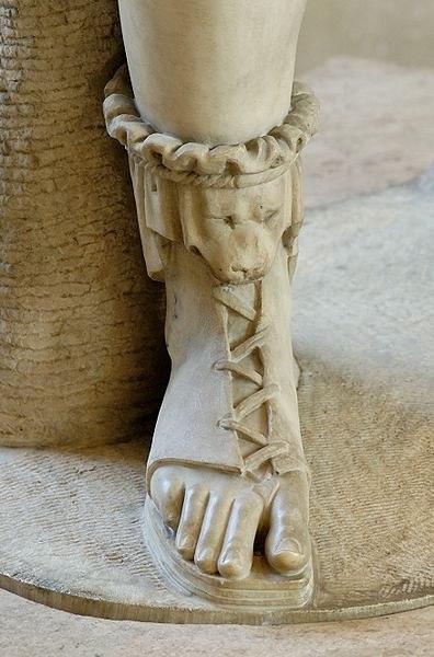 Греки умели шить не только сандалии. Они научились подчеркивать стройность ног с помощью сапогов со сложной шнуровкой, которые назывались эндромиды, и кожаных полуботинок с задником – персикаи. Но пальцы ног всегда оставались открытыми. Отличалась ли женская обувь от мужской? Не очень, разве что выглядела более нарядно благодаря ярким цветам: желтый, красный и т.п., в зависимости от предназначения обуви и социального статуса владелицы. Иногда ее даже покрывали золотом или серебром. Как утверждают ученые, женской обуви начитывалось более 90 разновидностей.