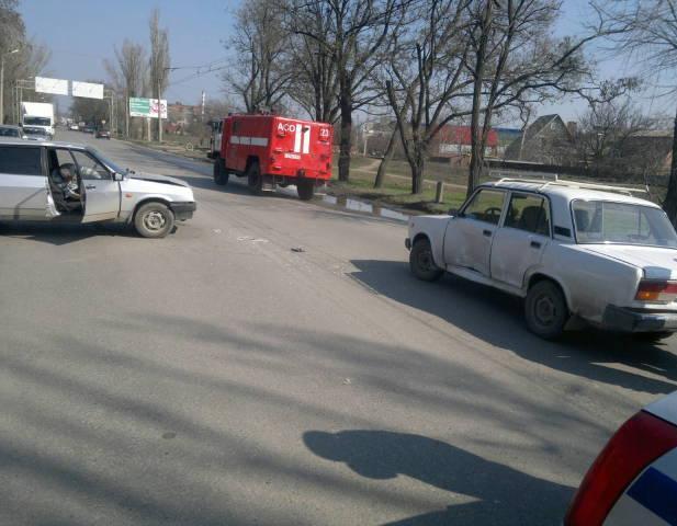 В Таганроге дорогу не поделили «ВАЗ-21074» и «ВАЗ-21093»