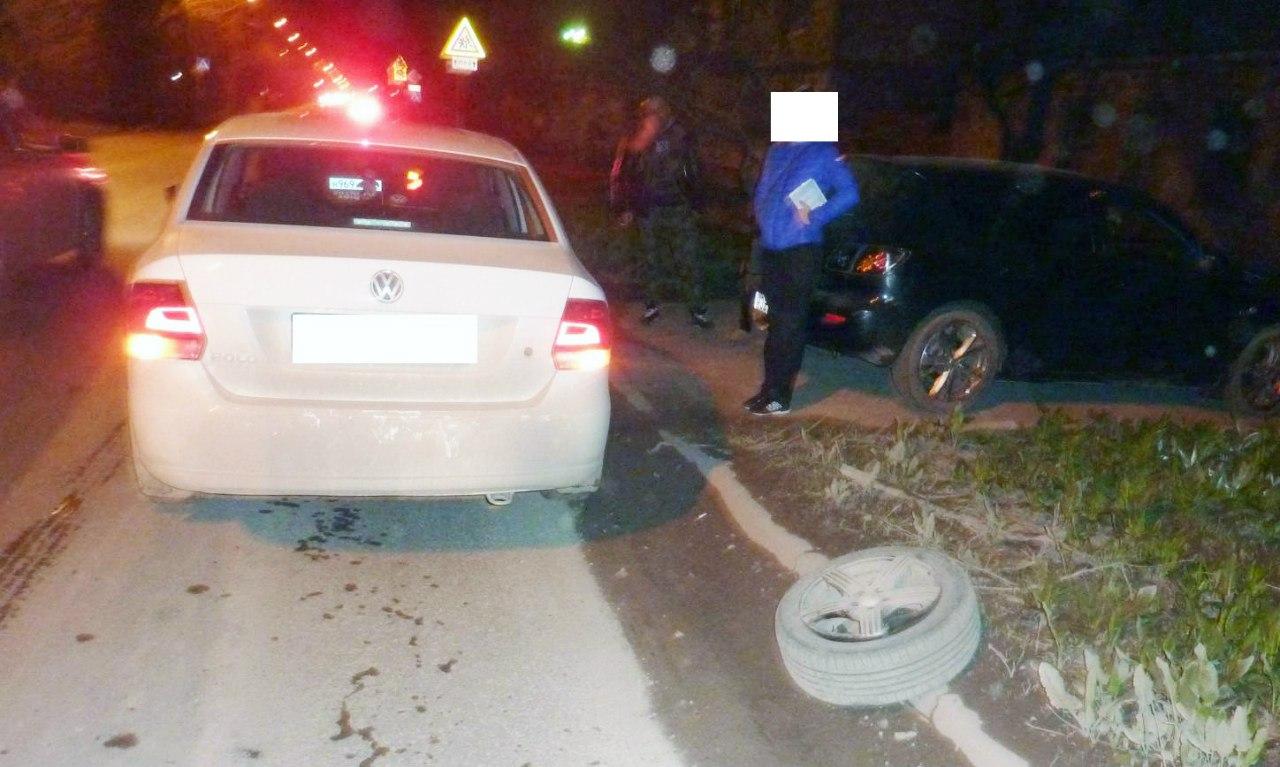 В Таганроге автоледи на Volkswagen Polo попала в выбоину и потеряла колесо