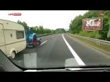 Трактор с прицепом обгоняет машину на 100 км/ч