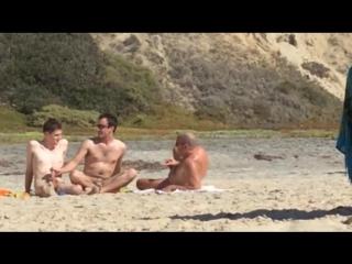 на пляже дрочит при всех