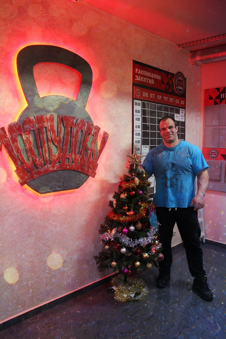 "Denis Cyplenkov near the Christmas Tree in ""100 Pounds"" Fitness Club │ Image Source: Fitness Club ""100 PUDOV!"" Noginsk City"
