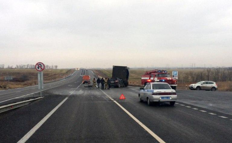На трассе «Ростов-Таганрог» внедорожник врезался в фуру