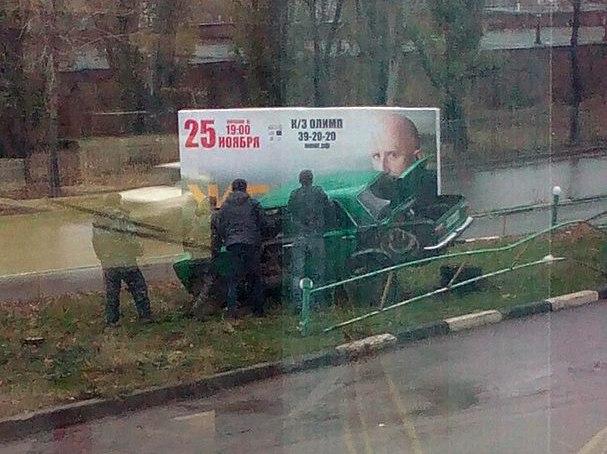 В Таганроге «копейка» перелетела через ограждение и протаранила рекламный щит с афишей Жеки