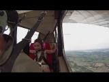 4-летняя девочка смеется в лицо опасности, во время выполнения опасных трюков на самолете