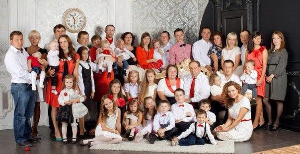 Муж. жена, 10 деток, их супруги и уже 25 внуков. Смоленск.
