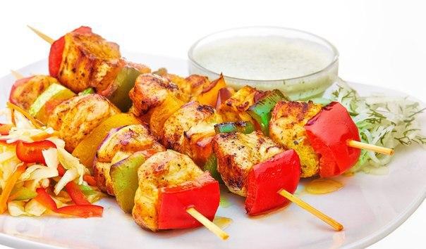 Шашлык из курицы на шпажках с овощами в духовке рецепт