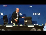 Під час прес-конференції в Йозефа Блаттера кинули гроші