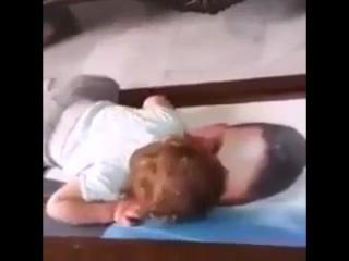 Қайтыс болған әкесінің, сyретіне карап жылауда. өте аянышты, жаль, смотреть всем, маленький мальчик плачет смотря на фотку отца¥