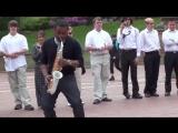 Парень Классно Играет На Саксофоне На Улице (Уличный Музыкант)
