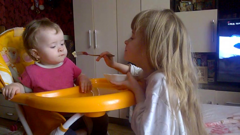 кормлю младшенькую сестрёнку