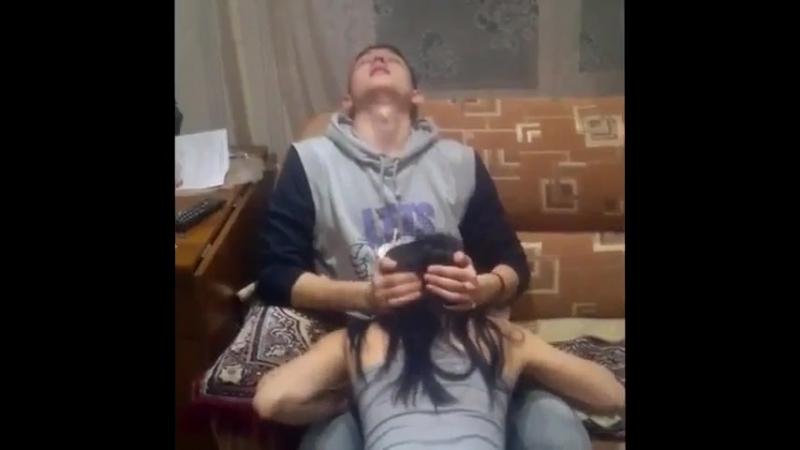 Сосет на вписке (молодая делает минет) домашнее порно любительское в рот за щеку отсосала
