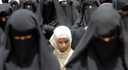 Школьницы в хиджабах игнорируют гимн Казахстана и бойкотирую
