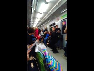 Музыкант в метро развлекает пассажиров по дороге с работы) СПб, 23.10.2015.