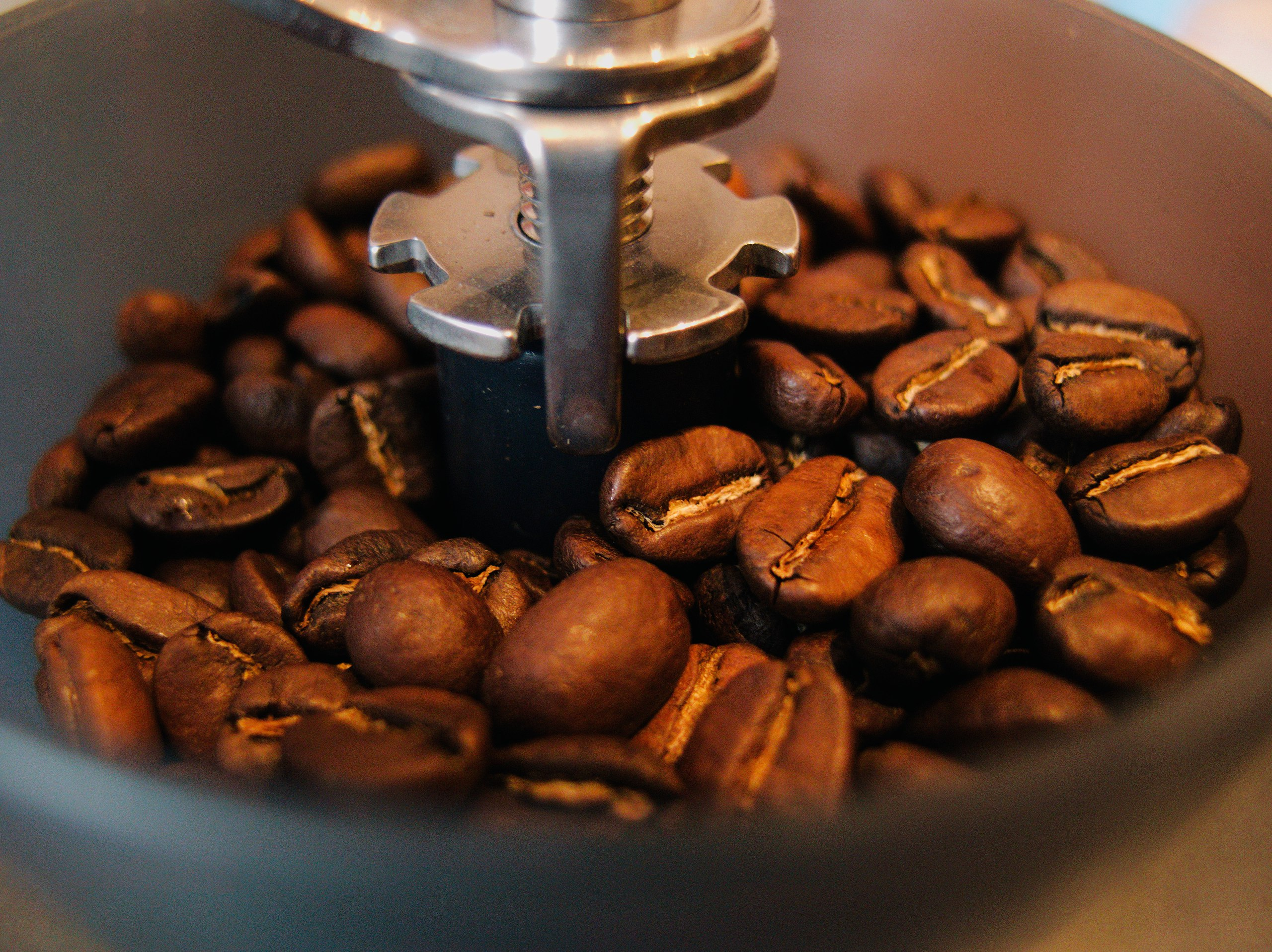 Кофейные зерна в кофемолке