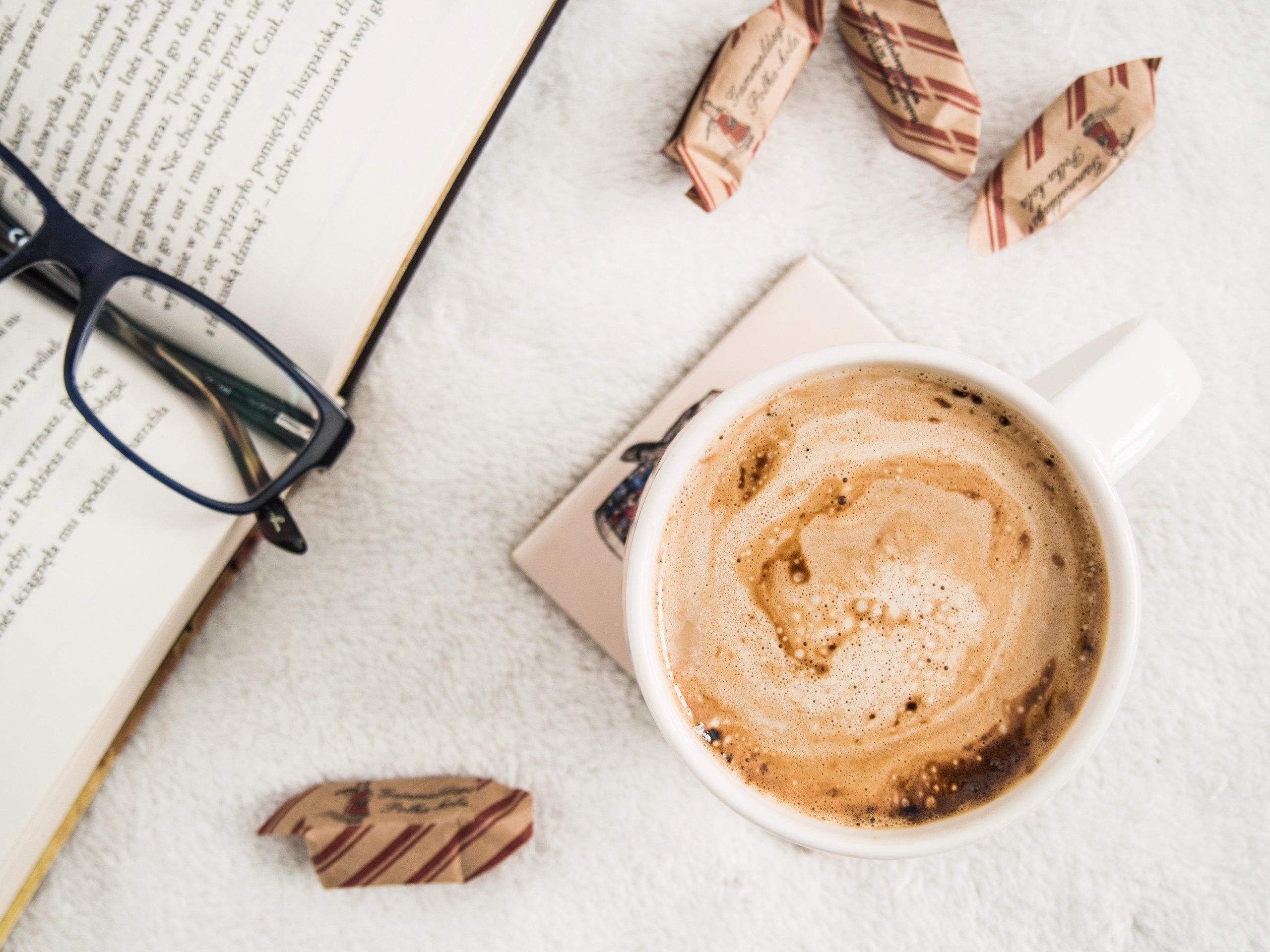 Чтение за чашкой кофе