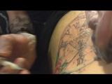Нанесение тату, процесс набивания татуировки, как набивают тату. Бей кольщик нагора