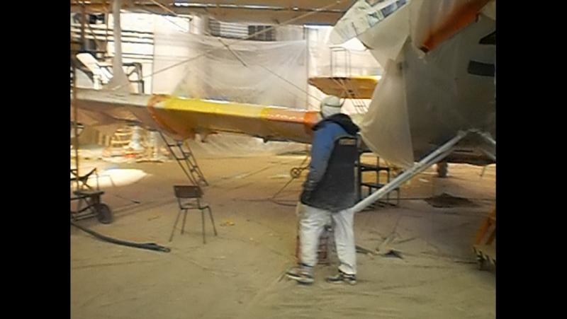 Alex malíř maluje letadlo
