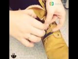 Девушка с очень длинными нарощенными ногтями демонстрирует, как ловко она завязывает шнурки)