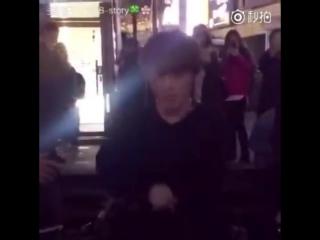 [FANCAM] Девушка заметила Чонгука и он показал ей жестом