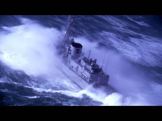 Военный корабль и большие волны