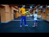 Боксёрская тренировка с ребенком