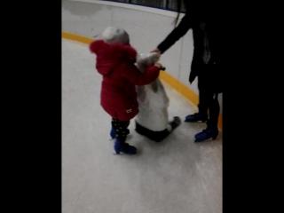 моя малышка на коньках.2