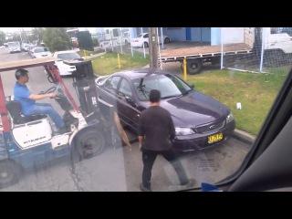 Вилочный погрузчик быстро решает проблему с криво припаркованным авто