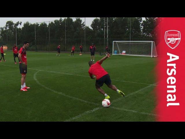 Артета и Уолкотт пытаются забить пенальти после множества оборотов вокруг мяча