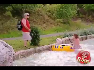Розыгрыш - слепой отливает в бассейн