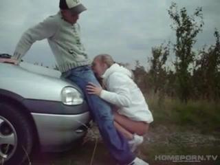 Молодую блондинку трахнули на капоте автомобиля