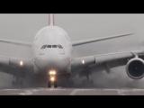 Ветер сносит самолет весом 434 тонны