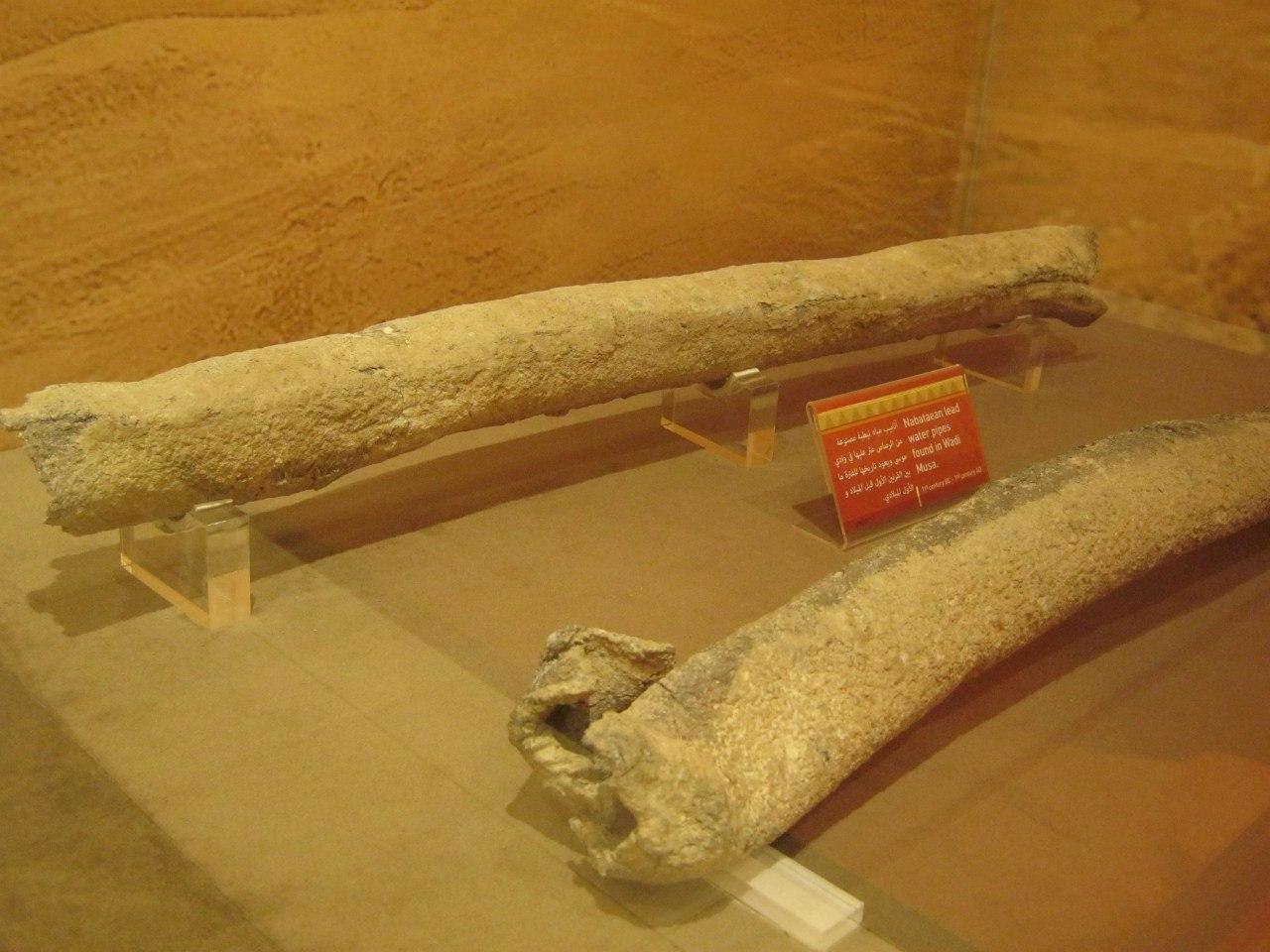 трубы для подачи воды в древнем городе Петра
