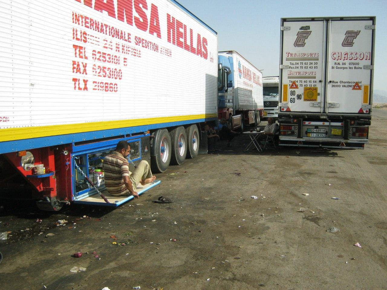 Крышка сундука грузовика как обеденный стол водителя