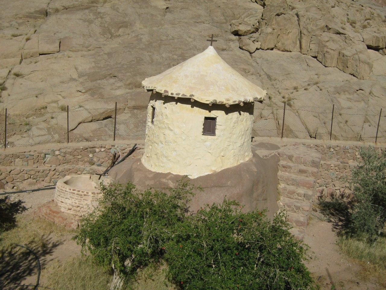 древняя часовня перед монастырём Святой Катерины (на Синае)