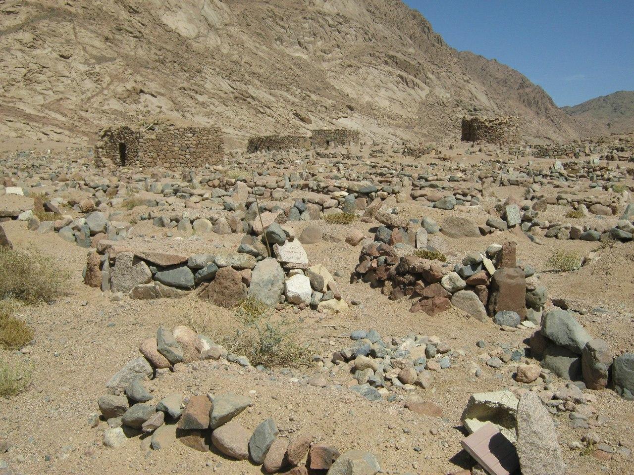 (наверно, это могилы) между селом и монастырём Святой Катерины