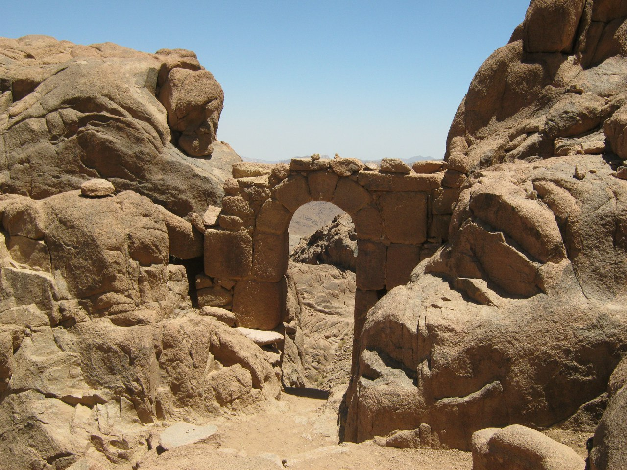 древняя арка на древней тропе на гору Моисея
