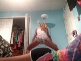 девочка-малолетка показывает как умеет трясти попкой