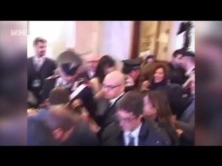 Драка на пресс-конференции Керри в Италии. Журналист обвини Керри в создании ИГИЛ.