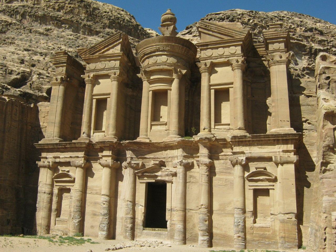 мавзолей Al Deir в древнем городе Петра