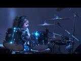 5-летняя девочка играет на барабанной установке, как профи