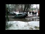 Коммунальщики разорвали машину, вытаскивая ее из ямы