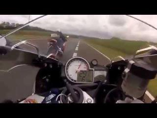 Сумасшедшая гонка BMW S1000 RR против Honda CBR 1000 по оживленной трассе