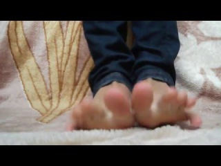 Bare feet in jeans
