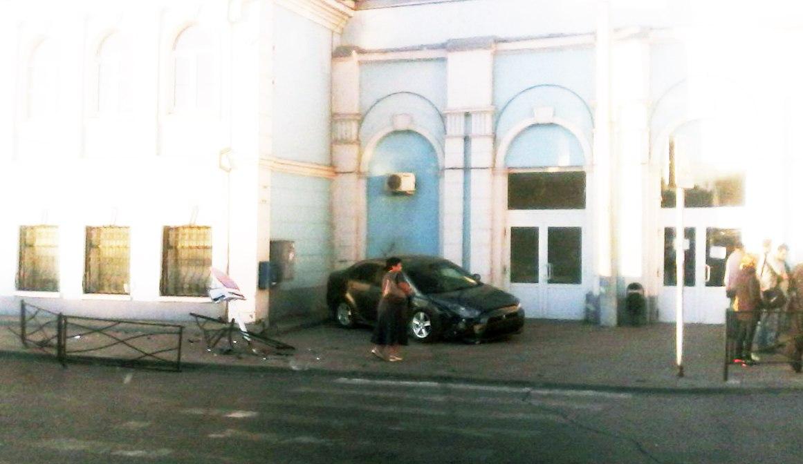 В Таганроге автоледи на Mitsubishi Lancer врезалась в здание проходной ТАНТК им. Бериева