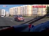 Надпись на лобовом стекле не мешает женщине ездить по Петербургу