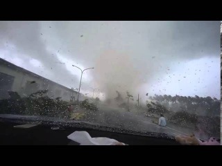 Торнадо унесло машину с дороги