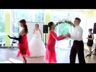 невеста поёт жениху супер: эти карие глаза свели меня с ума