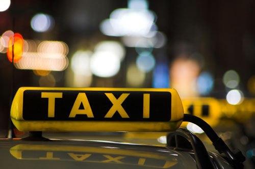 На Алтае пассажир угнал такси и поехал домой, пока таксист дрался с другими клиентами